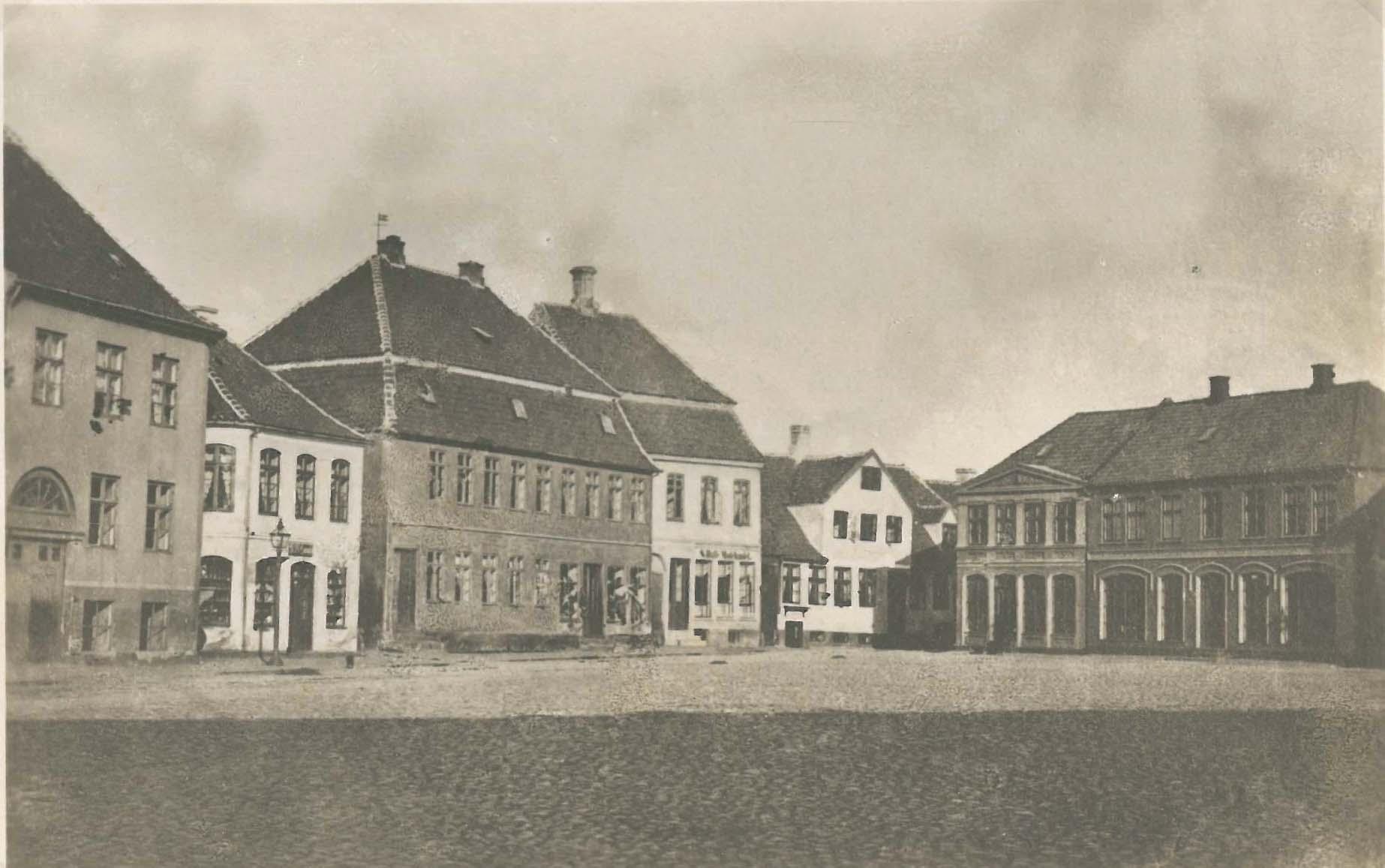 Axeltorv ca. 1870 med købmandsgården i midten