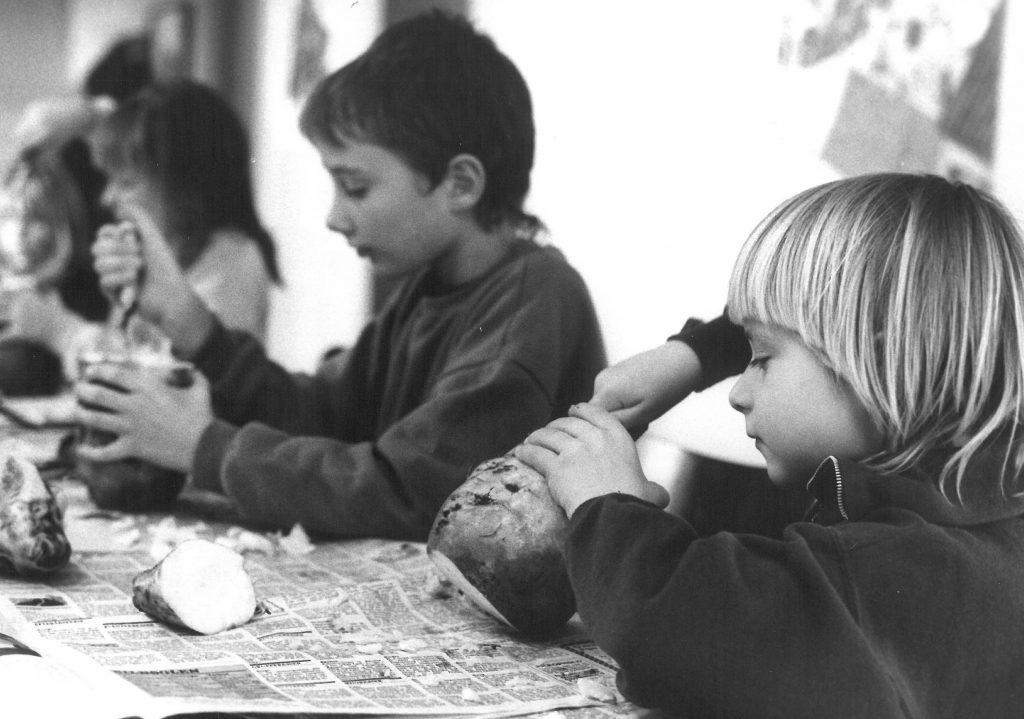 Børn skærer roelygter © Ny Dag