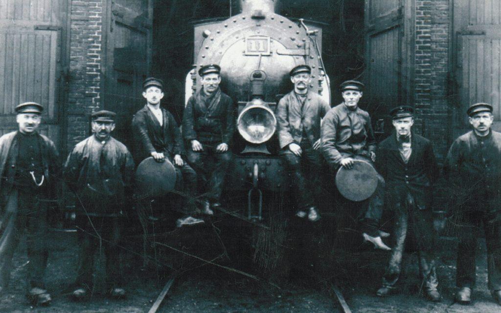 Arbejdere foran remisen på Nakskov Station