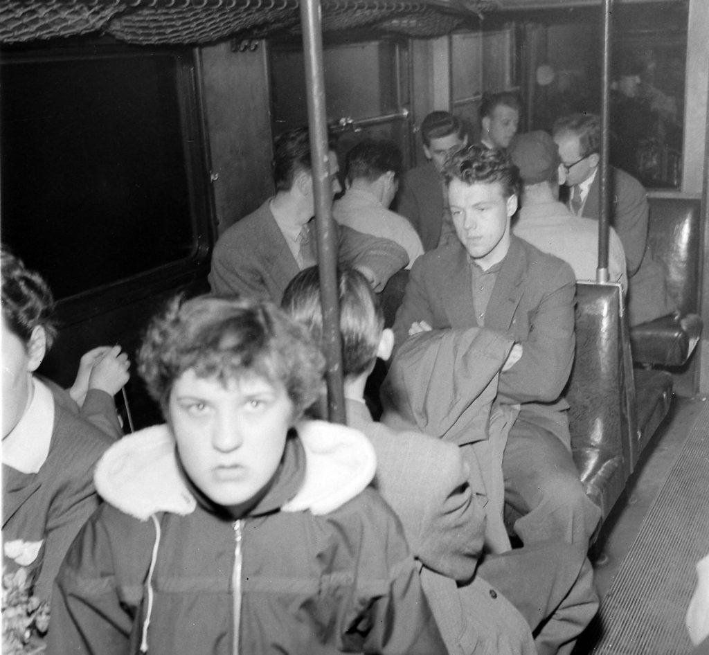 Passagerer i skinnebussen