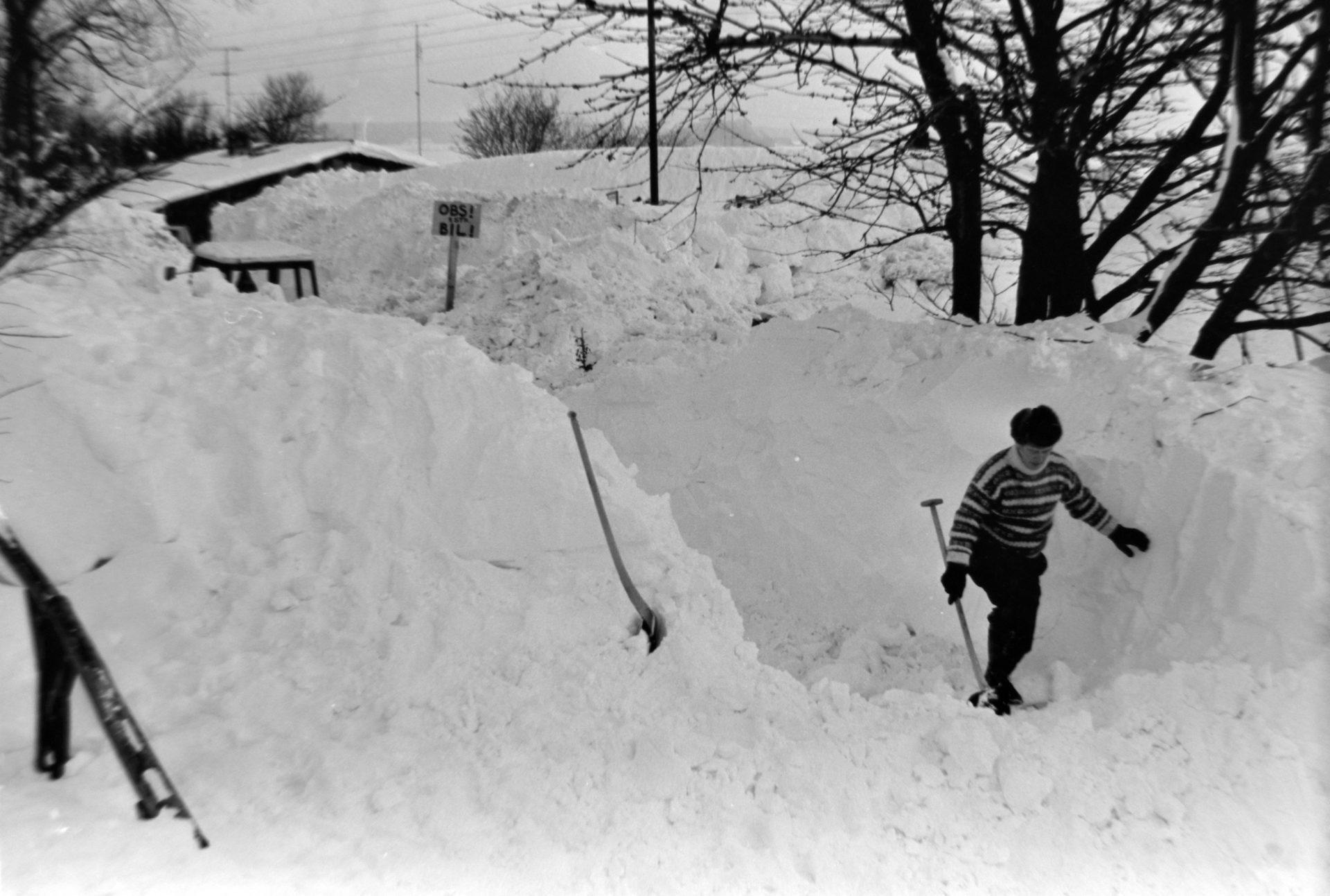 En bil er begravet i sne
