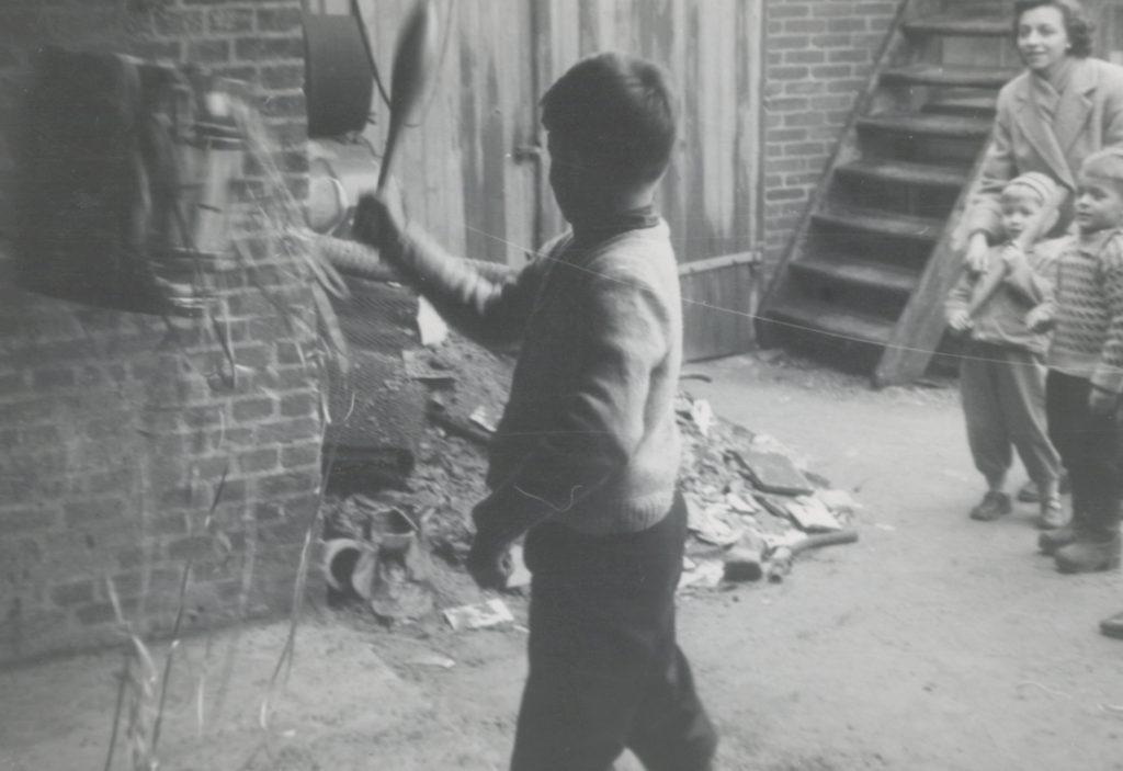 Dreng slår på en fastelavnstønde