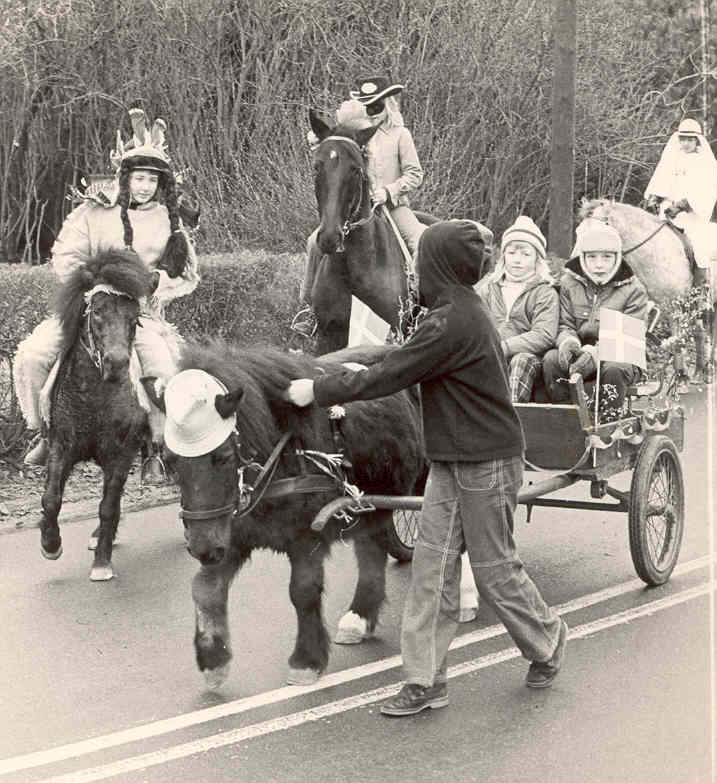 Udklædte børn med heste
