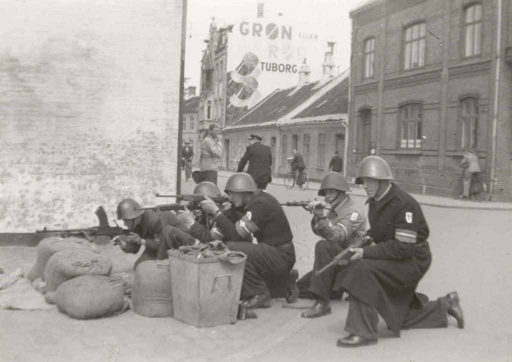 Frihedskæmpere ved Vejlegadebro 5. maj 1945