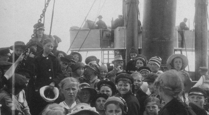 Feriebørn ombord på skib
