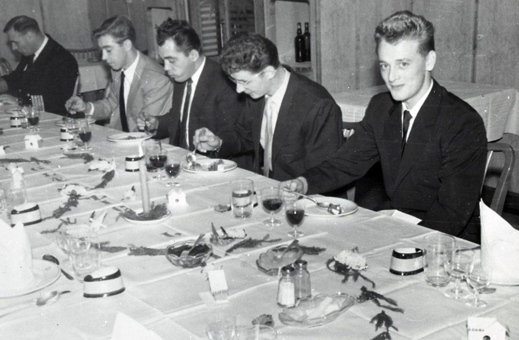 Skibets besætning ved julebordet spiser ris a la mande