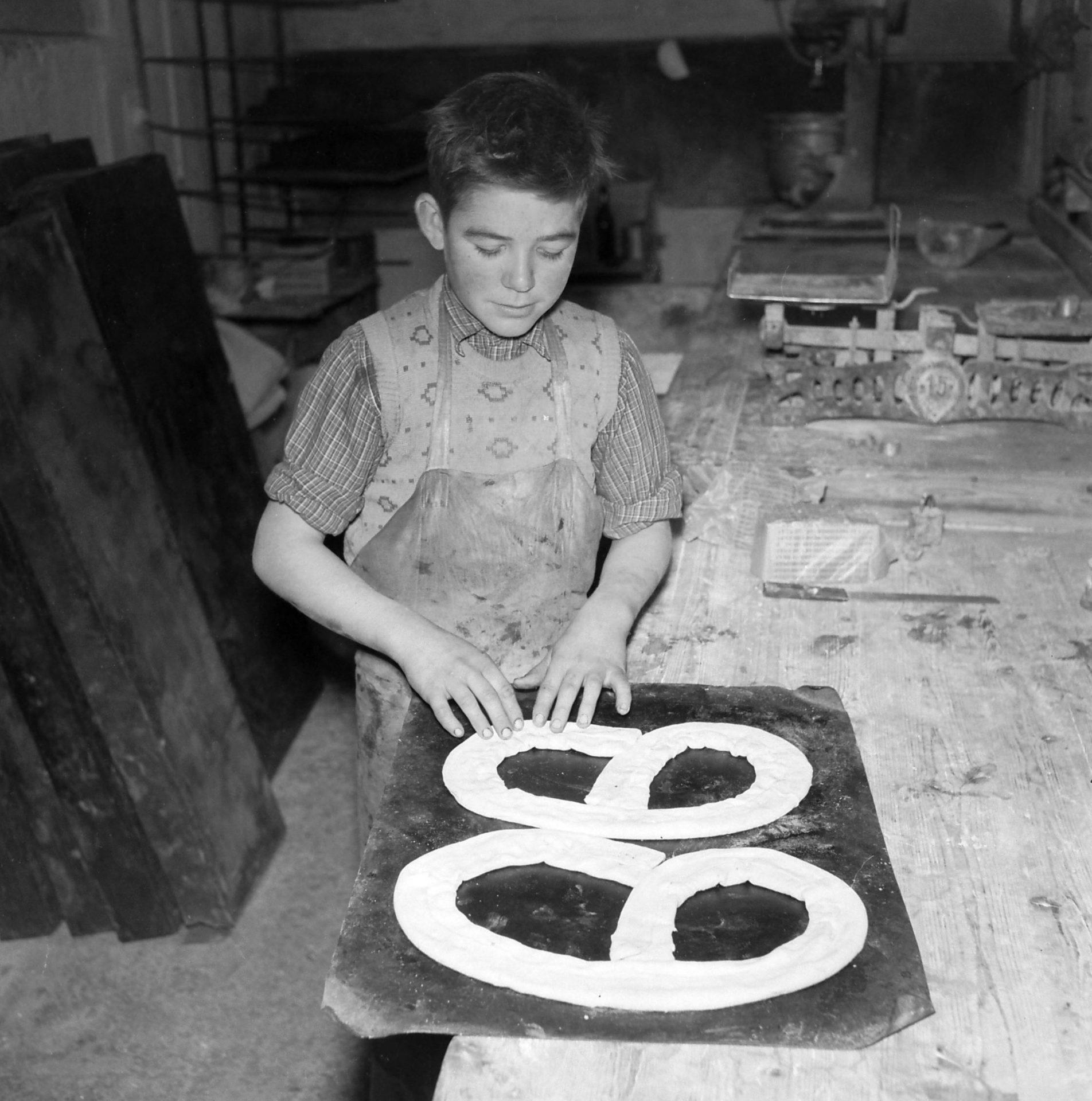 Bagerlærling fra Vindeby bager kringler i 1956