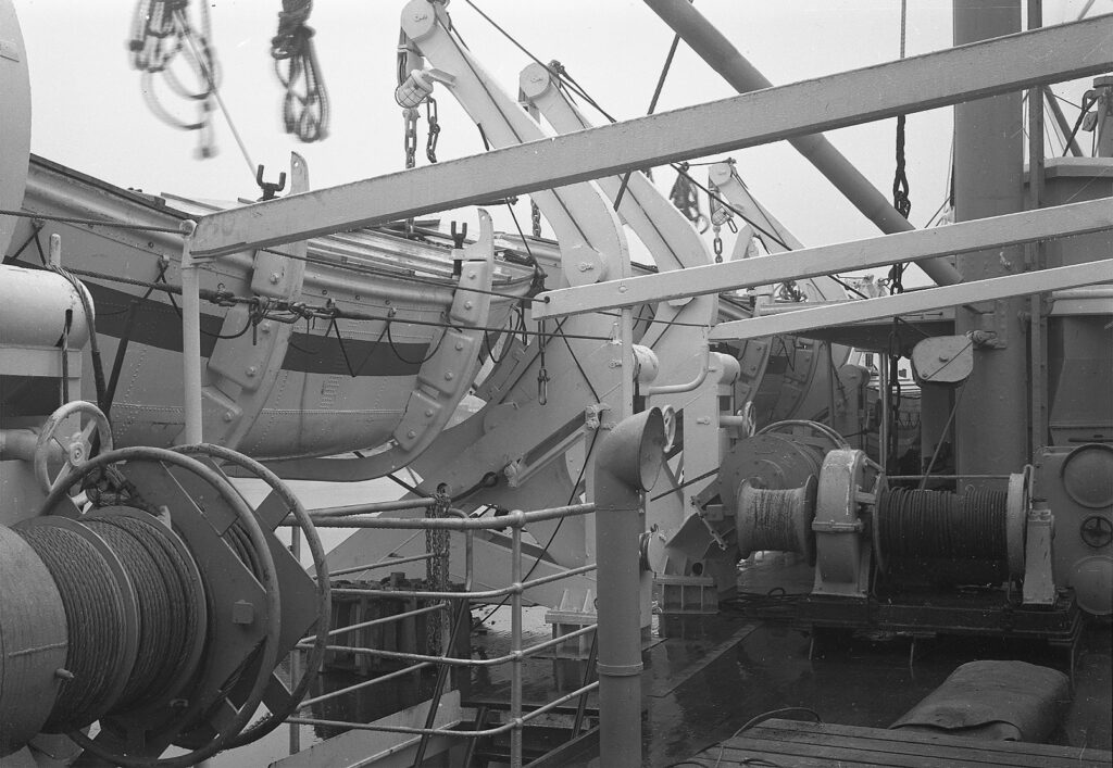 Redningsbåden fik også malet røde kors på sider