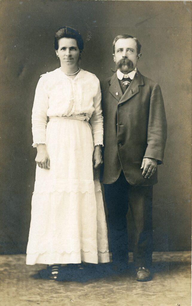 Hans August Larsen og hans søster Eline Larsen ca. 1891-1900