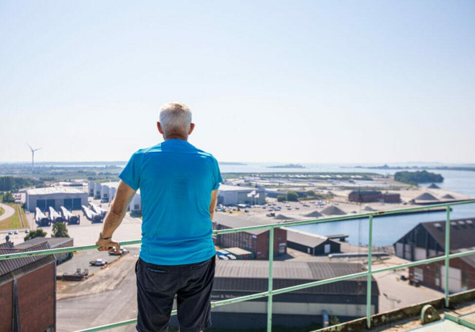 """Kranfører Tommy """"Daffy"""" Hansen ser ud over det gamle værftsområde fra toppen af 100 tons kranen"""